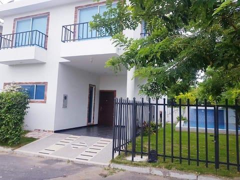 excelente casa en condominio con piscina privada