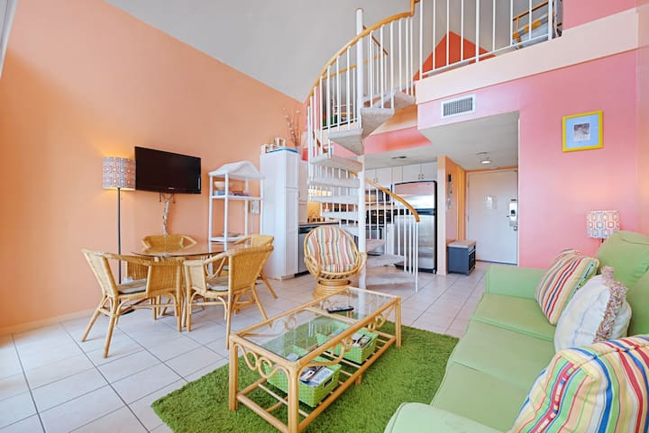 Cozy resort condo near the beach w/shared hot tub & pool