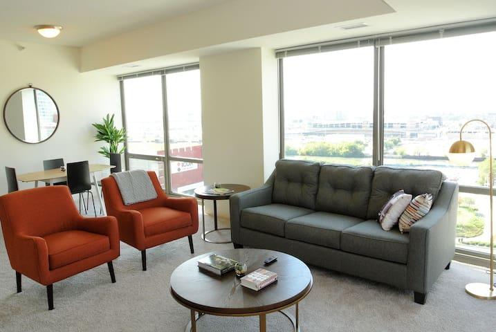 2 Bedroom South Loop Loft - Fast Wifi, Parking