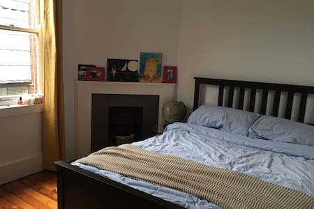 Spacious double room in modern home - Kirribilli