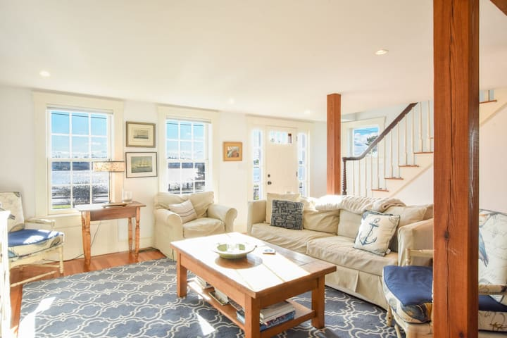 #633 Beautifully decorated, very near downtown, overlooking Oyster Pond!