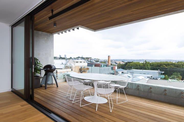 Chic Apartment with Iconic Harbour Bridge Views