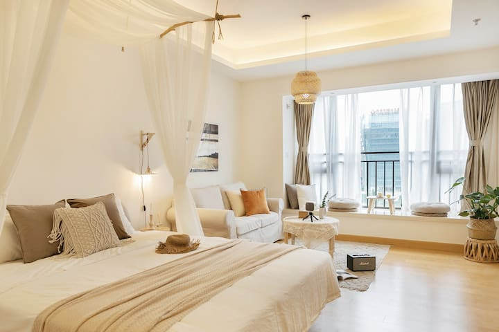 精选实木家具并且搭配了精致独特的家居产品。配备中央空调,给您带来舒适的居住体验。
