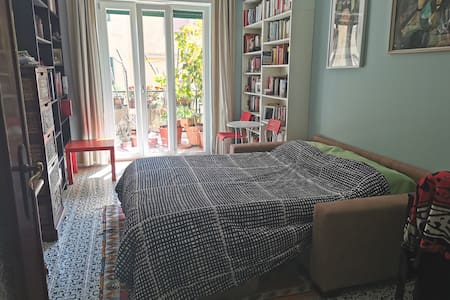 Large sunny room in Materdei