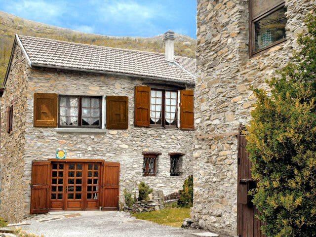 Jolie grange en Ariège avec vue sur les Pyrénées