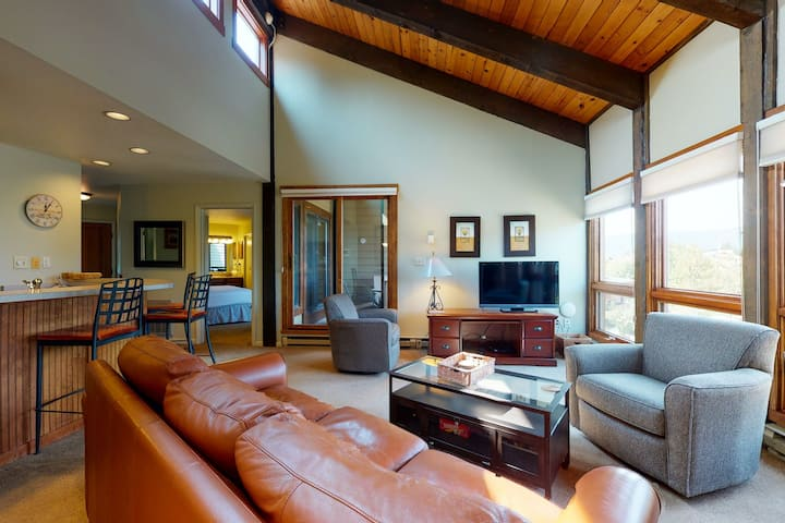 Mountain Condo w/Private Washer/Dryer/Shared Pool/Hot Tubs - Walk to Ski Lifts!