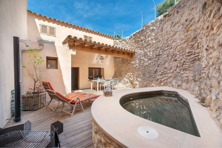 CA'N XIQUET - Townhouse with private pool next to the fortified village.