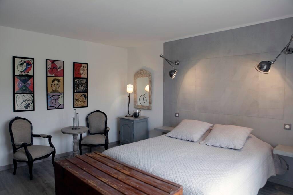 """Chambre """"Peinture"""" :  A l'étage. Chambre claire. Lit 160x200,"""
