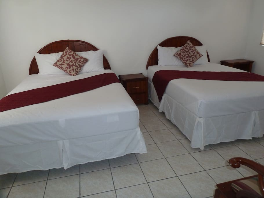 2 Queen bed - on one room