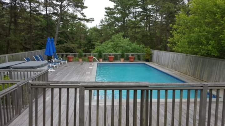 Easy walk to beach - house w/pool & 2 hot tubs