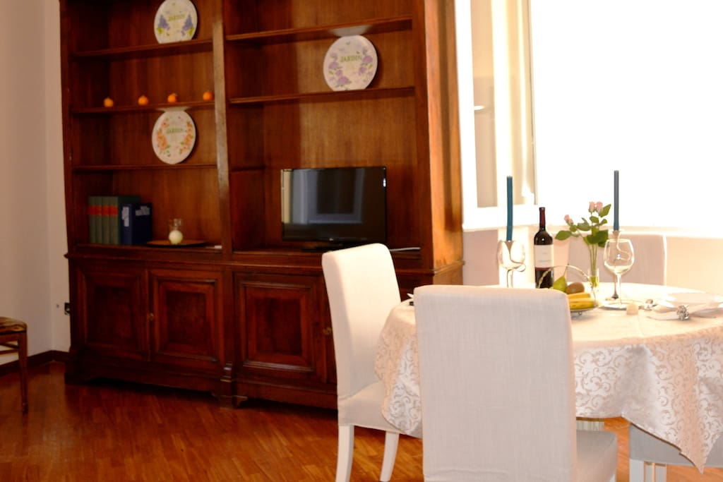 living room with table for 4 people, TV
