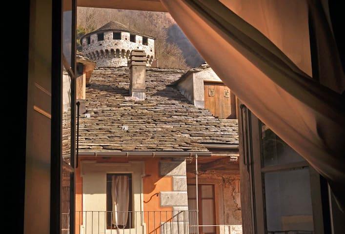 vista del Castello da una finestra