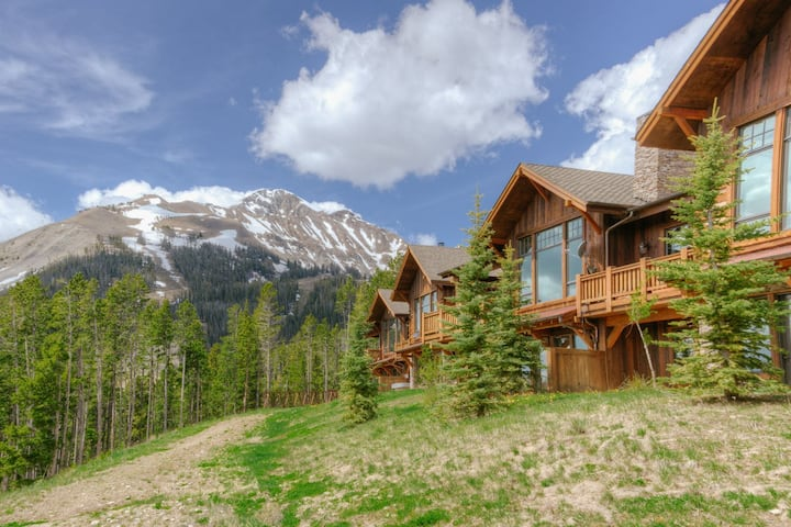 Chic ski-in/ski-out condo with private hot tub, stunning views and WIFI