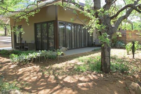 Ukuthula Sunrise cottage -luxury ´bed in the bush´