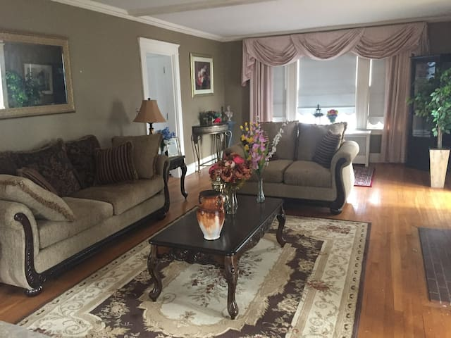 Lovely room in a Colonial House in greater Boston - Lowell - Dům