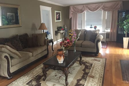 Lovely room in a Colonial House in greater Boston - Lowell - Rumah