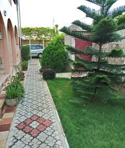 BELLE VILLA TAYI avec un grand jardin