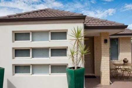 Perfect Fly in Fly out retreat - Redcliffe - House