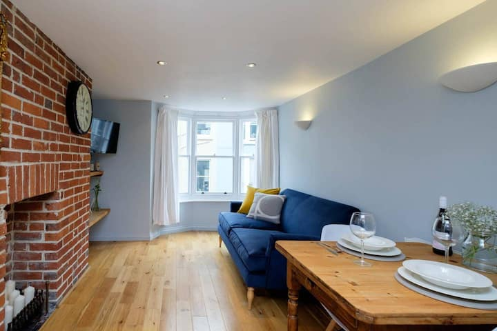 Bright & Cosy Apartment, 100 metres from the sea!