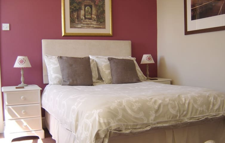 LARGE SPACIOUS DOUBLE ROOM + EN-SUITE SLEEPS 3