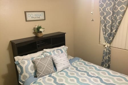 Queen bed with wi-fi and breakfast. - Victorville - Hus