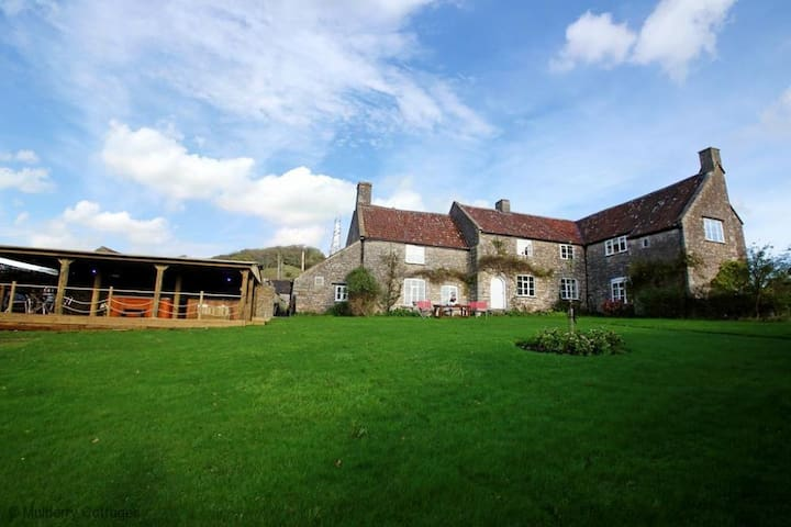 Blagdon View Farmhouse, wonderful character manor house suitable for large groups overlooking the Mendip Hills