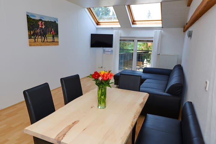 Urlaubsreiterhof Trunk (Igersheim), Ferienwohnung Kirschblüte für 1-6 Personen mit Echtholzmöbeln