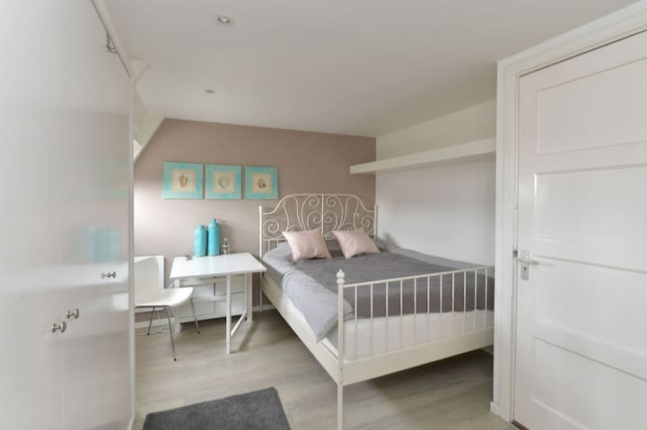 Modern, Cosy Studio Apartment, very good location!