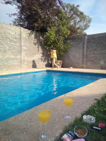 Habitación privada, estacionamiento y piscina.