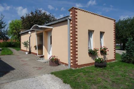 ruhiges Ferienhaus m Gartenterasse - Fünfseen - Hus
