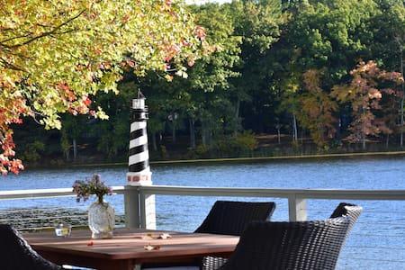 Cottage on the Lake - Kayaks, Rowboats & Swimming
