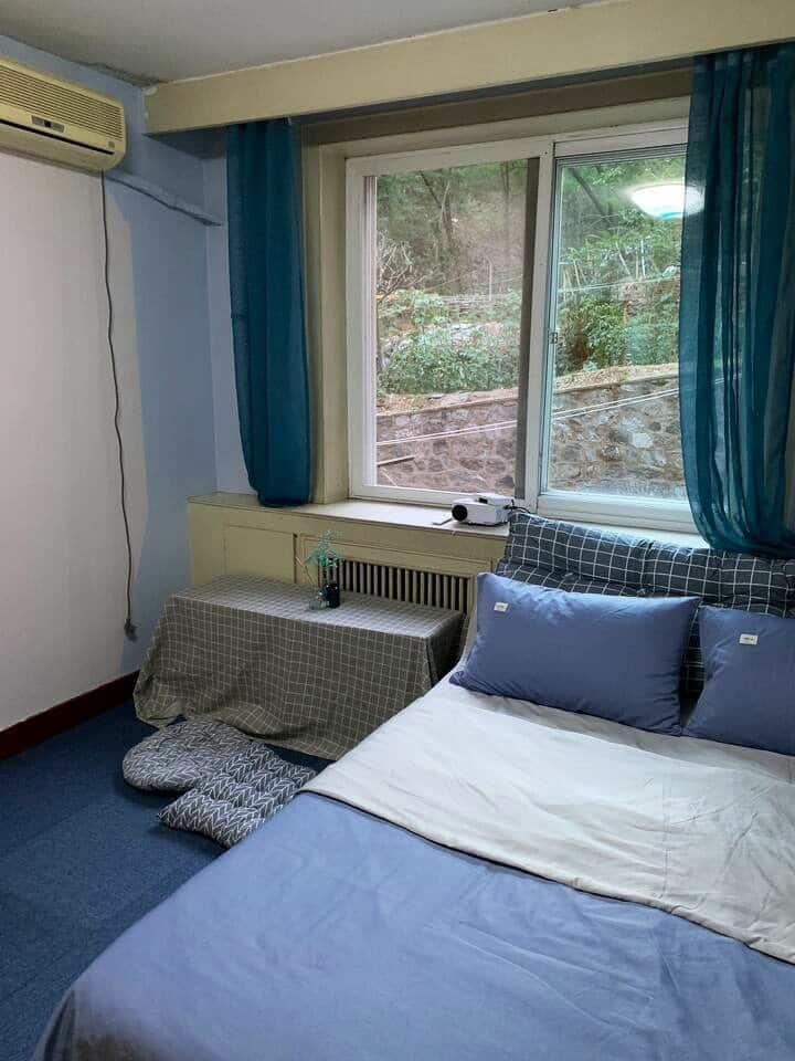 贝拉的山海居 Bella'Home   免费提供早餐,撸猫,窗外是山林,享受家庭影院的安静清新的房间
