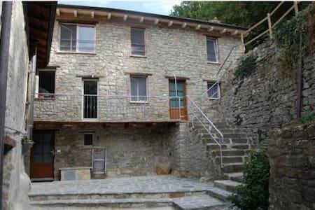 Intera casa in sasso con portici e giardini - Ponte Nizza