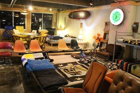 スタジオタイプの広い1room。デザイナーズファニチュアもたくさん有!