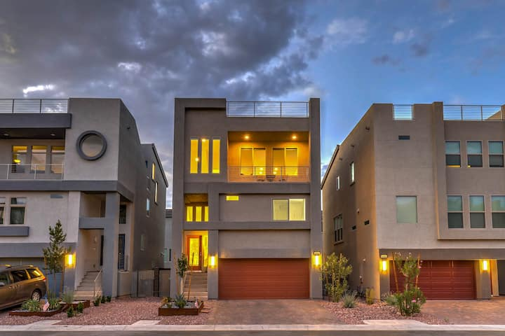 Dazzling 3 Story Home with Full Rooftop Deck HE