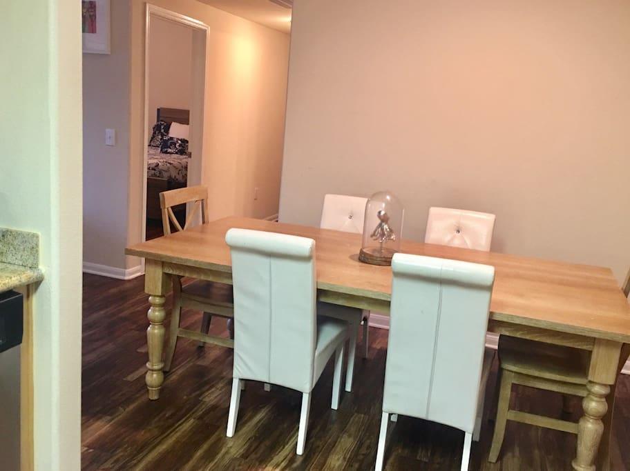 Dinning room sits 6