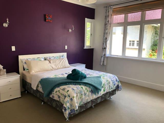 Purple room - Queen bed