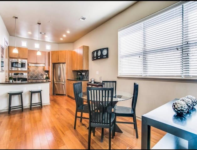Beautiful-Updated Townhome near AT&T Stadium