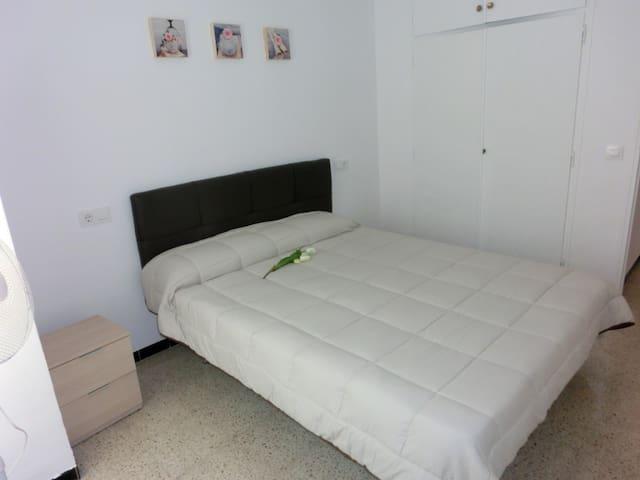 Habitación con cama de 150cm - Armario empotrado