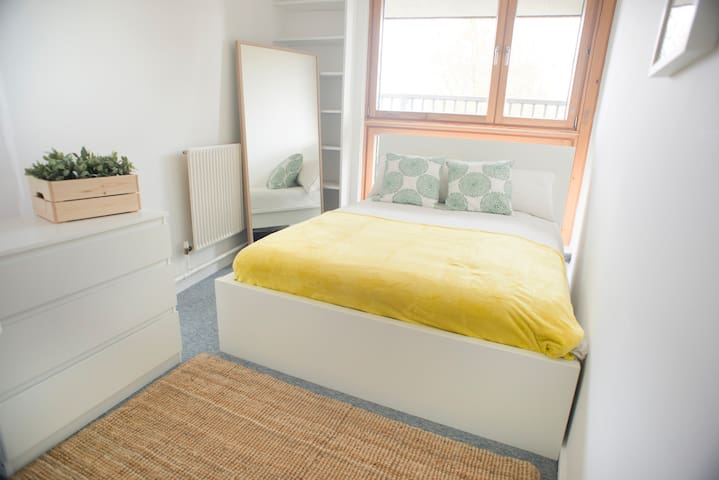 Lovely and spacious double bedroom in Blantyre Street by Allô Housing