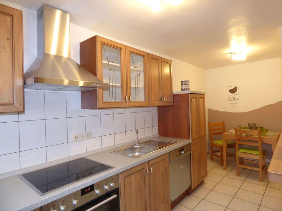 Blick in die Küche mit Spülmaschine