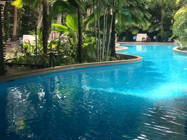 Lxry 2brm apt by the beach, 5 steps to lagoon-pool