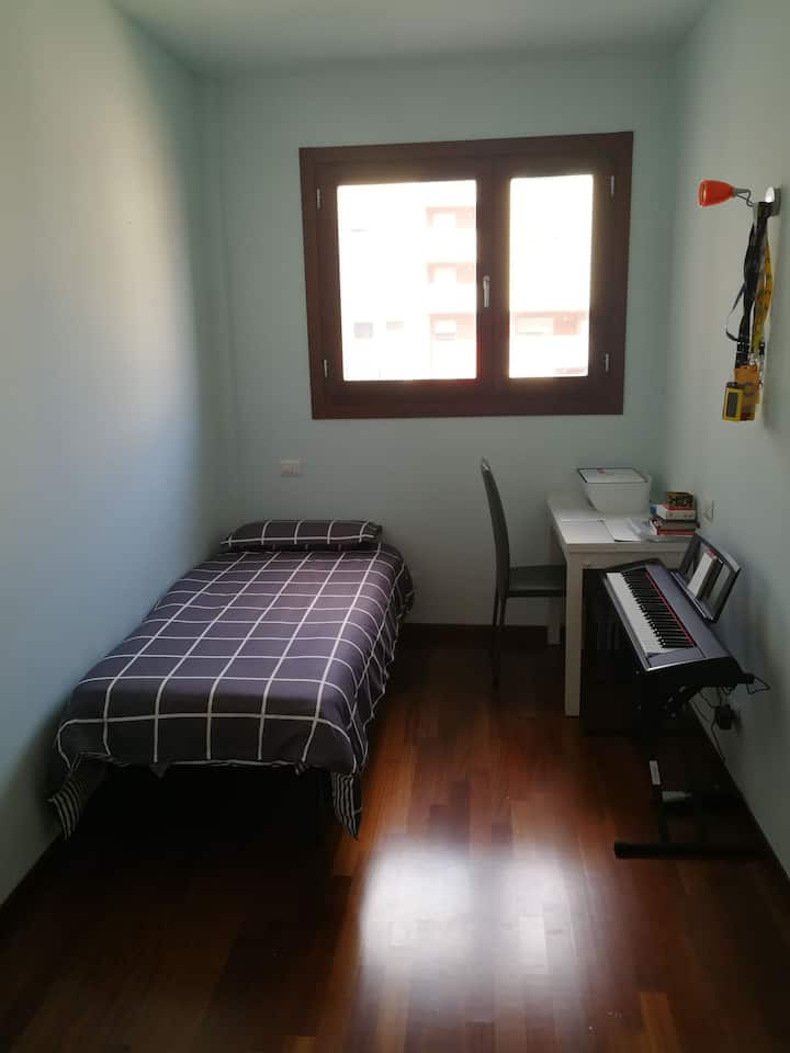 Bright private room 5 Mins walk to Metro Station.