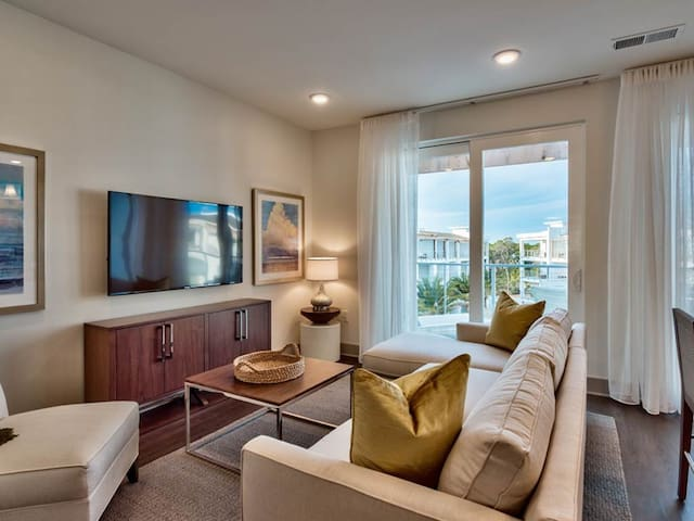 Gorgeous unit, Beach chairs and Bicycles included, Steps to entertainment