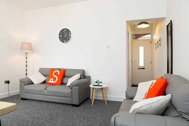 Light & Spacious House Sleeps 7 Near To M5