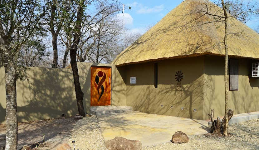 African Bush Backpackers - The Leopard Room