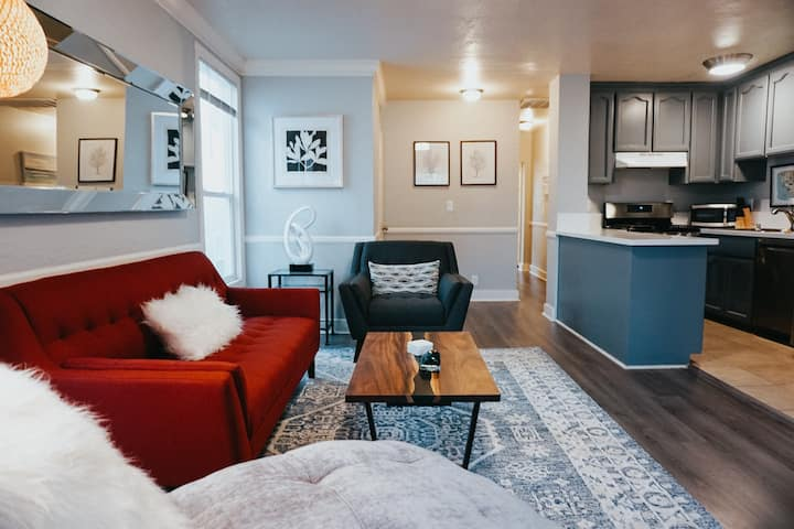 Stylish 2 Bedroom in Midtown Sac with Parking