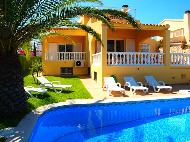Holiday home with private swimming pool and free wifi