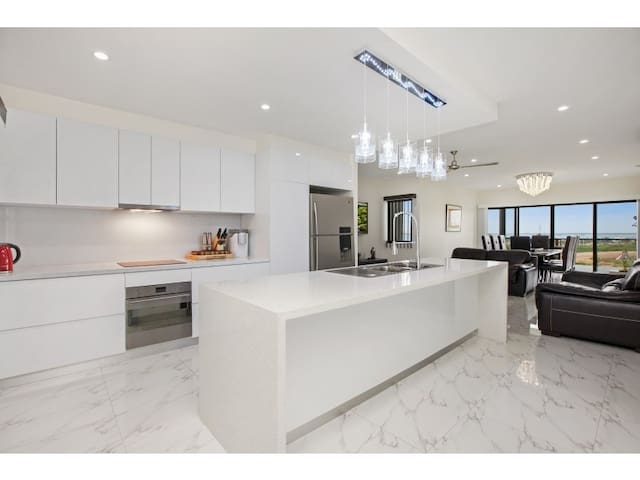 LUXURY WITH LOCATION - SEA VIEWS & MODERN CLASS* - Stuart Park - Leilighet