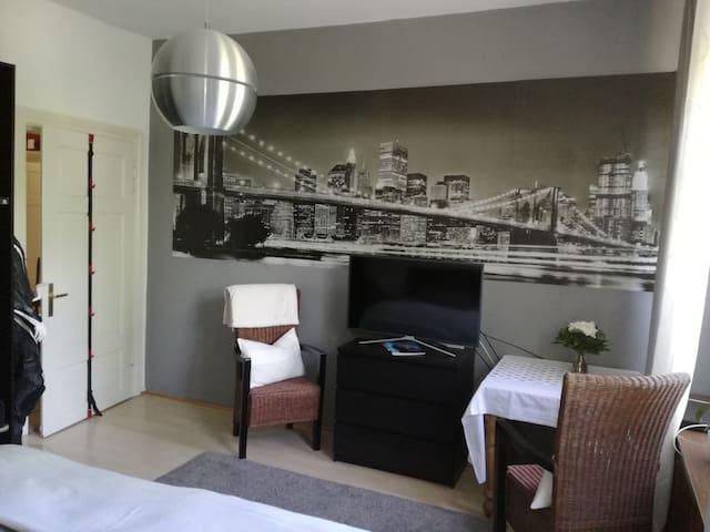 Ich habe die Wohnung neu gestaltet und das eine Schlafzimmer modernisiert.